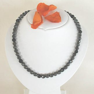 Necklace with onyx faceted