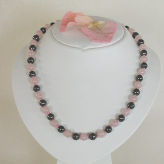 Necklace with rose quartz smooth